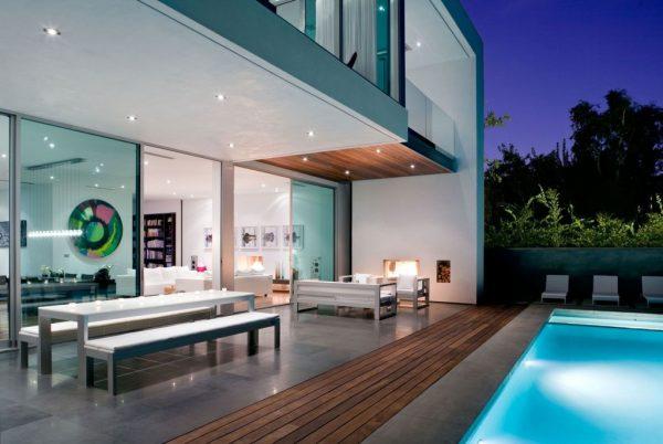 terraza-de-casa-con-piscina-iluminada
